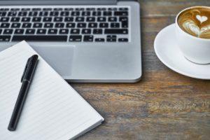Arbeitsplatz für schöne Texte - Block und Stift, Tastatur, Kaffee